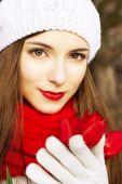 Портрет девушки с красные тюльпаны весной — Стоковое фото