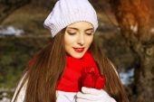 Ritratto della sorgente di una ragazza con i tulipani rossi — Foto Stock