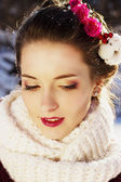 Winter bride with a bouquet of red roses — 图库照片