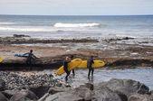 Surfers on shore of ocean — ストック写真