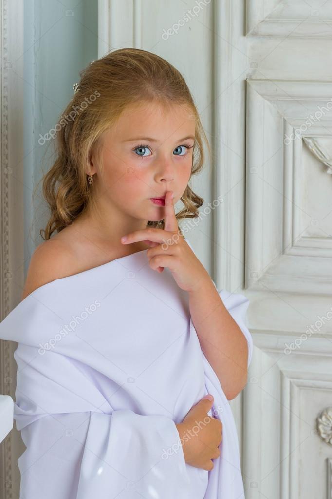 Kleine Mädchen-Engel Mädchen schlafen Finger in Mund Geste