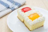 Kuchen, Orange und Erdbeere Beeren in weißen Teller gewürzt. — Stockfoto