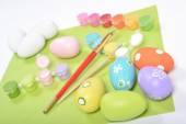 Pinturas, pinceles y pinturas para colorear huevos de madera — Foto de Stock