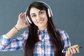 Mooie donkere haired lachende vrouw hoofdtelefoon dragen — Stockfoto