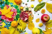 Frutas e folhas amarelas — Fotografia Stock