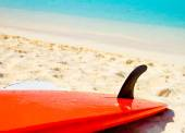 Surfboard on the beach — Stock Photo