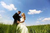 Bride and groom having fun on the fields — Stock Photo