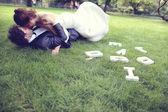 公園で抱き締める新郎新婦 — ストック写真