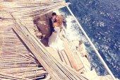 Braut und Bräutigam am Meer — Stockfoto