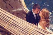 Bride and groom near seaside — Stock Photo