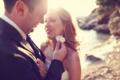 Closeup of bride and groom kissing on the beach — Stock Photo