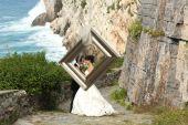Bride and groom kissing near seaside — Stock Photo