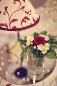 Krásná lampa na stole s brýlemi — Stock fotografie