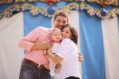 在公园里的女婴的父母 — 图库照片