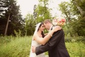 Bride and groom in the forest — Stock Photo