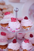 Delicious cupcakes with berries and flowers — Stock Photo