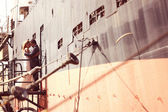 Bride and groom near big ship — Stockfoto
