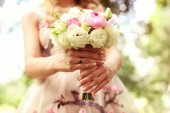Beautiful wedding bouquet and floral dress — 图库照片