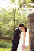Bride and groom kissing im park — Stockfoto
