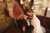 Невеста и жених, сидя на стуле в красивой комнате — Стоковое фото