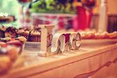 Décor de lettres amour sur table — Photo