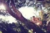 Novios junto a gran árbol — Foto de Stock