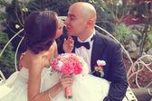 Noiva e noivo no banco branco — Fotografia Stock