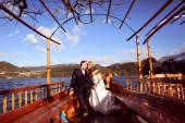 Bride and groom in a boat on sunny day — Foto de Stock