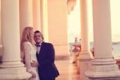 Braut und Bräutigam auf Terrasse eines Schlosses — Stockfoto