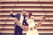 Bruden och brudgummen håller Just Married tecken — Stockfoto