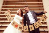 Bride and groom holding Just Married signs — Stock fotografie