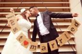 Braut und Bräutigam halten Just Married Schilder — Stockfoto