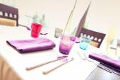 Table setting with purple napkins — Stock Photo