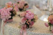 Beautiful wedding flower decoration on elegant table — Stock Photo