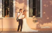 Braut und Bräutigam umarmt in Venedig, Italien — Stockfoto