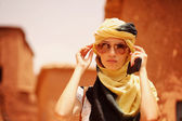 Beautiful women wearing turban in desert — Stock Photo