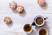 Cups of fresh tea with muffins — Stock Photo