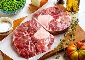 Ossobuco, rajče, olivový olej, sůl, zelený hrášek — Stock fotografie