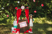 Feliz sorrindo família na natureza photoshoot — Fotografia Stock
