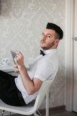 Brunetka człowiek z zarost na sobie białą koszulę i motyl — Zdjęcie stockowe