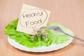 Tallrik med vikt. Begreppet tung mat — Stockfoto