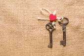 Two vintage key and a red heart on old cloth — Fotografia Stock