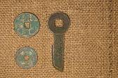 古代中国の青銅の古い布の上のコイン — ストック写真