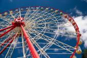 Atraktsion Ferris wheel against the blue sky — Stock Photo