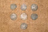 Ročník stříbrných mincí s portréty na staré látky — Stock fotografie