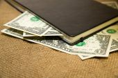 Notebook a peníze na staré tkáně — Stock fotografie