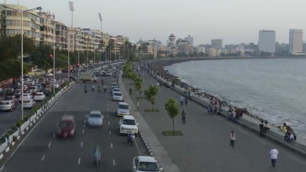 Time lapse of Vehicle Traffic in evening at Marine Drive the Queen's necklace,with new electricity saving LED daylight like street lights, Mumbai, Maharashtra, India. — Vídeo de stock