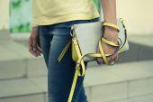 Bolsa feminina cinza-amarelo-fêmea mãos close-up — Fotografia Stock