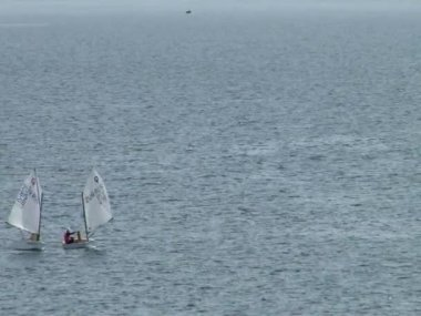 Athletes at the sailing courts floating in the waters of the city of Sochi on the Black Sea in the spring of 2015 — Vídeo de Stock