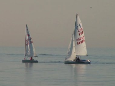 Athletes at the sailing courts floating in the waters of the city of Sochi on the Black Sea in the spring of 2015 — Stock Video